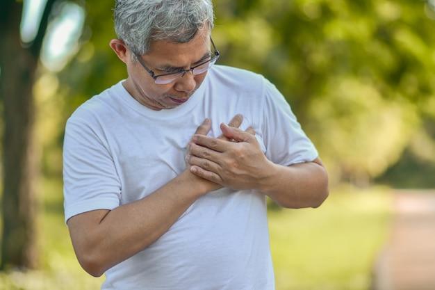Le persone sono malate di infarto miocardico acuto dell'ami