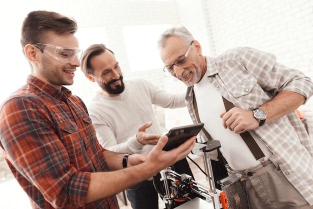 Le persone stanno controllando il modello 3d del tablet.