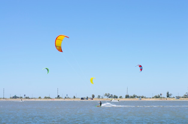 Le persone sul lago fanno kitesurf