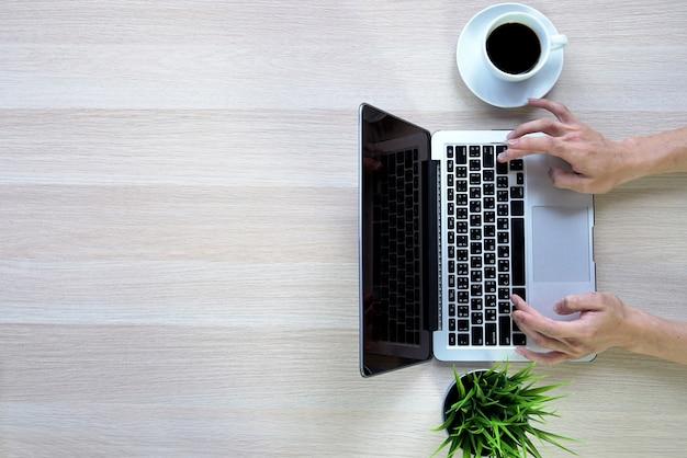 Le persone utilizzano la carta di credito per lo shopping online con il computer portatile