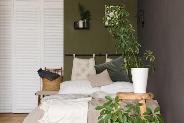 Le piante crescono in vasi su una camera da letto sgabello in legno