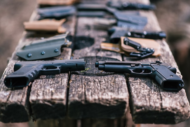 Le pistole per gli sport di tiro si trovano sul vecchio tavolo
