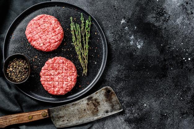 Le polpette di carne macinata, cotolette di carne macinata. superficie nera. vista dall'alto. copia spazio