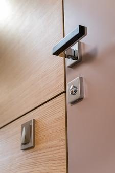 Le porte interne gestiscono la serratura nera sulla parte anteriore