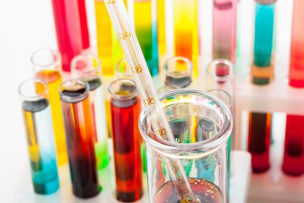 Le provette con i prodotti chimici variopinti si chiudono in su in laboratorio