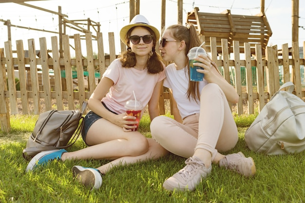 Le ragazze adolescenti di 14,15 anni si divertono