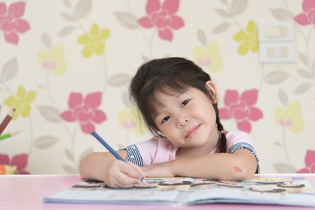 Le ragazze asiatiche si divertono imparando attraverso i libri.
