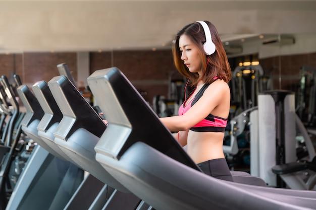 Le ragazze asiatiche si esercitano in palestra.
