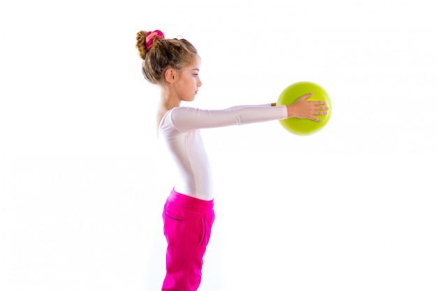 Le ragazze bionde del bambino di forma fisica esercitano la palla di yoga di allenamento