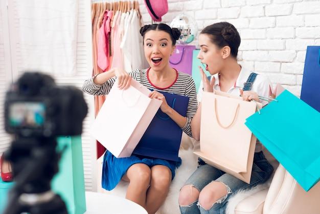 Le ragazze bogger sembrano sbalordite dalle borse colorate.
