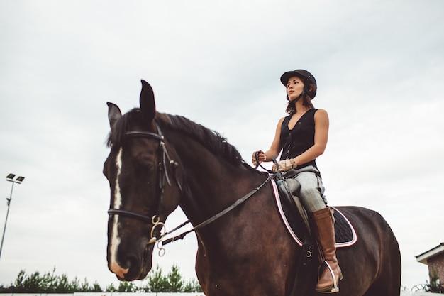 Le ragazze cavalcano a cavallo