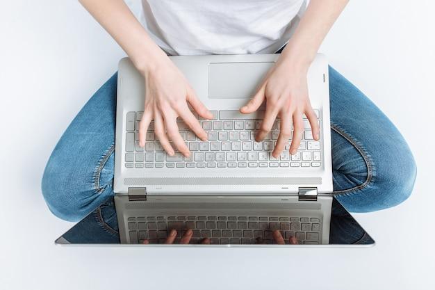 Le ragazze dei pollici si chiudono, si premono i tasti del laptop