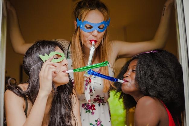 Le ragazze del partito hanno divertimento