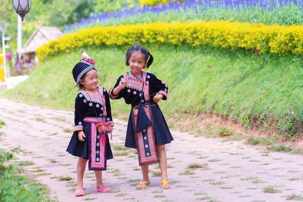 Le ragazze della tribù hmong si prendono in giro a vicenda lungo la strada
