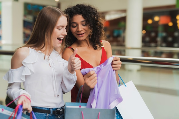 Le ragazze fanno shopping al centro commerciale. saldi del black friday.