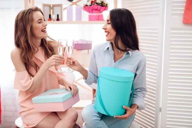 Le ragazze fanno shopping. due ragazze si divertono nello showroom.