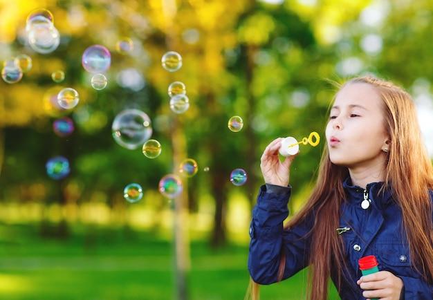 Le ragazze giocano con le bolle di sapone.