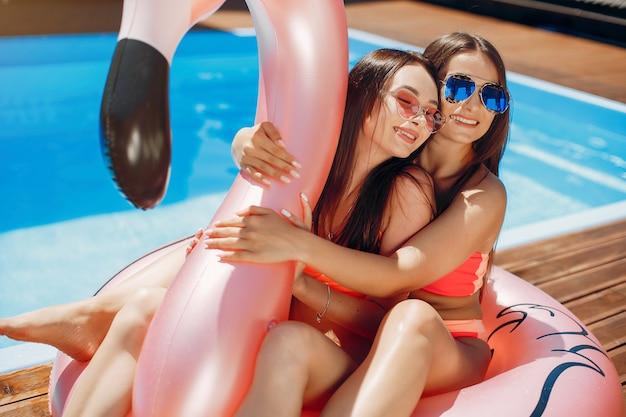 Le ragazze in estate fanno festa in piscina