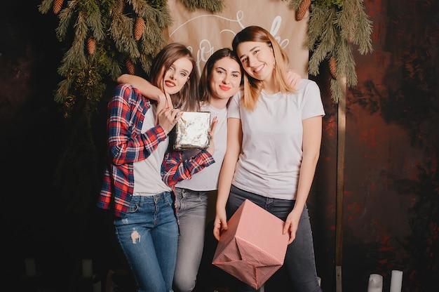 Le ragazze si avvicinano all'albero di natale