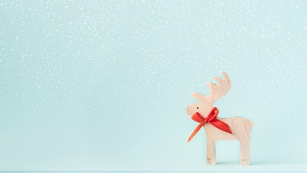 Le renne di legno su neve e menta colorano lo sfondo.
