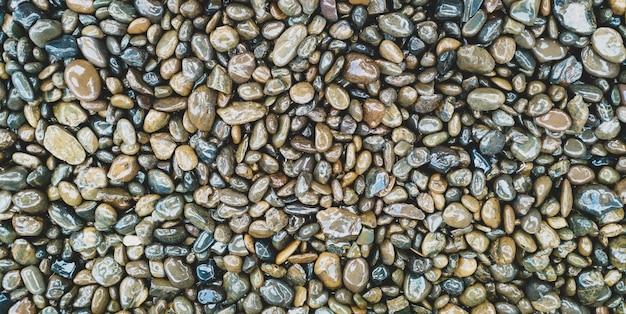 Le rocce bagnate e il motivo a trama in pietra