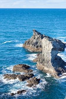 Le rocce e le scogliere nell'oceano della famosa isola belle ile en mer in francia