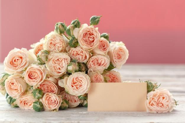 Le rose rosa fiorisce con l'etichetta per testo sul rosa