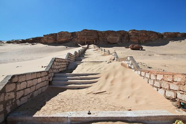Le rovine del tempio nel deserto chiudono el minya, in egitto