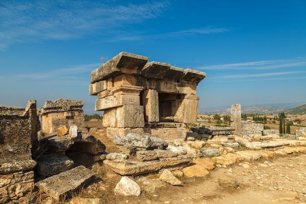 Le rovine dell'antica città di hierapolis, situata vicino alle sorgenti termali di pamukkale