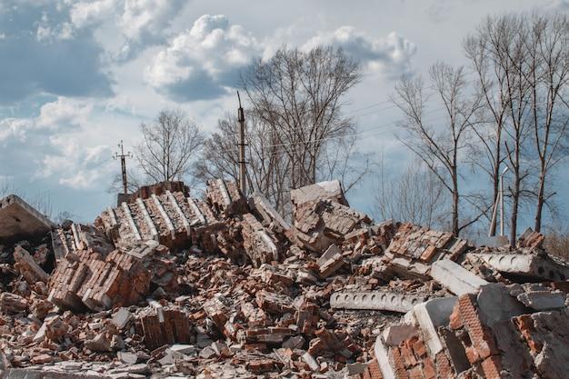 Le rovine di una casa di mattoni