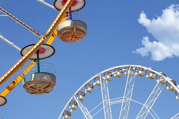 Le ruote panoramiche in un parco di divertimenti contro cielo blu