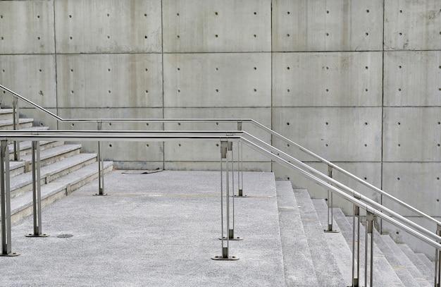 Le scale di pietra fa un passo il fondo con la maniglia di alluminio