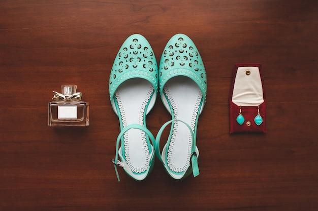 Le scarpe da donna colorano il tavolo in legno tiffany. spirits. orecchini