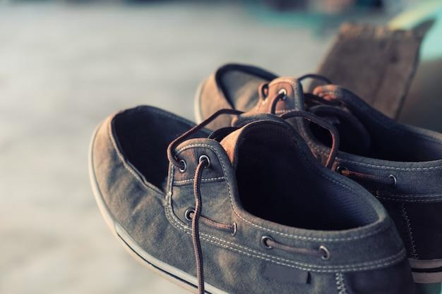 Le scarpe da ginnastica indossano sneakers in legno lavate. lasciate asciugare all'ombra