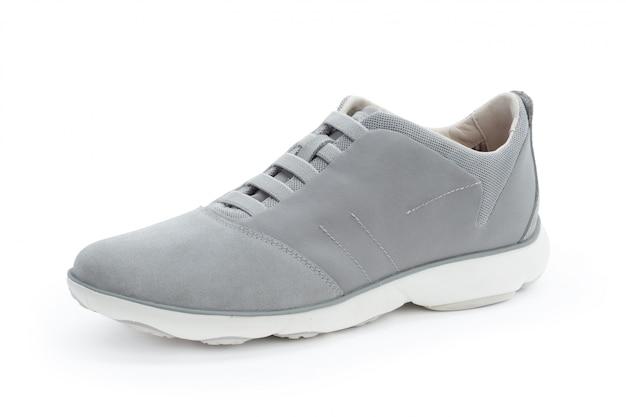 Le scarpe da tennis maschii si chiudono su isolato su bianco