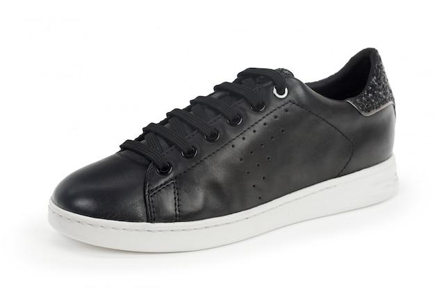 Le scarpe da tennis maschii si chiudono su isolato su fondo bianco