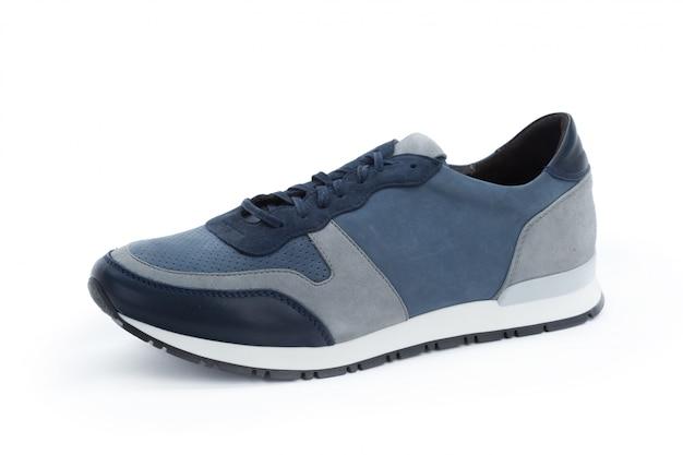 Le scarpe da tennis maschii si chiudono su isolato
