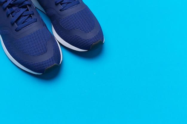 Le scarpe da tennis sportive blu si chiudono su