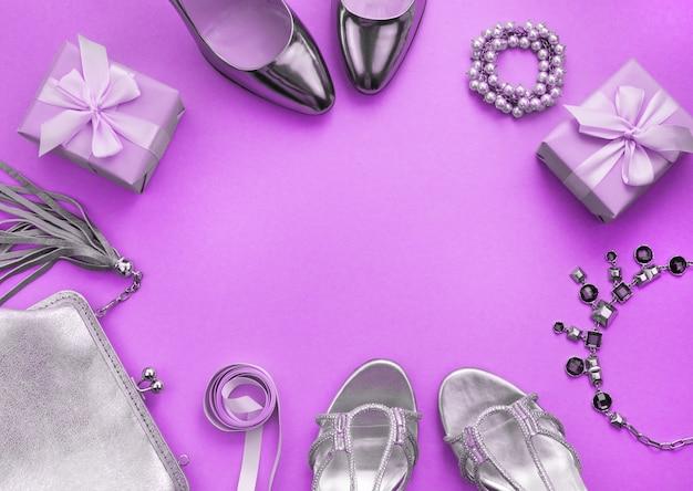 Le scarpe della borsa dei gioielli degli accessori delle donne che tonificano la vista superiore porpora della disposizione piana