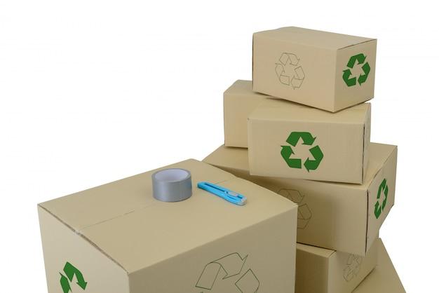 Le scatole con riciclano firmano dentro le scatole impilate di dimensioni differenti isolate su bianco