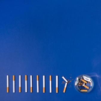 Le sigarette incorniciano su fondo blu