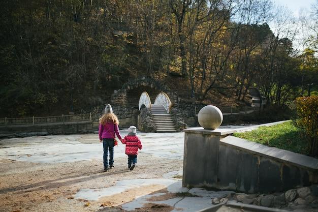 Le sorelle camminano nel parco