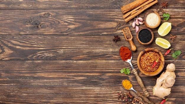 Le spezie asiatiche dell'alimento di vista superiore si mescolano con lo spazio della copia