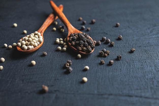 Le spezie dei semi di pepe sono usate per cucinare.
