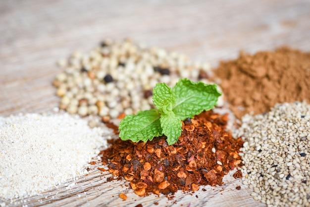 Le spezie e le erbe e le spezie della foglia della menta piperita mescolano l'ingrediente della polvere di peperoncino rosso della paprica del seme di peperoncino di cayenna del sesamo