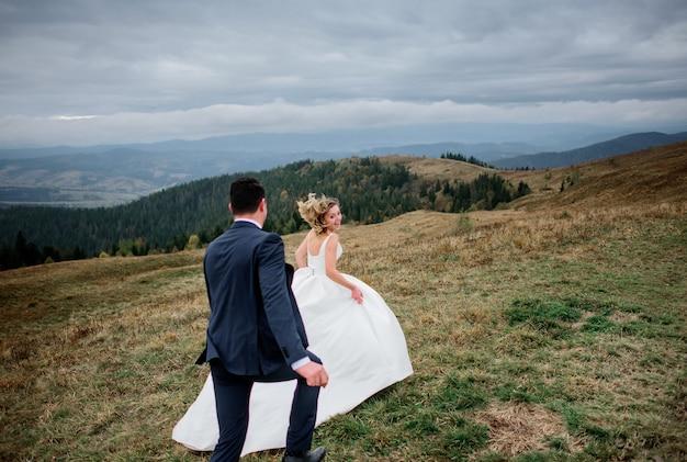 Le spose che corrono lungo la collina