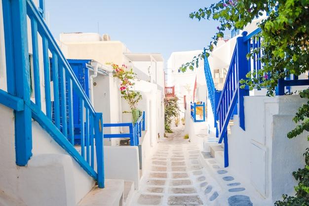 Le stradine dell'isola con balconi blu, scale e fiori.