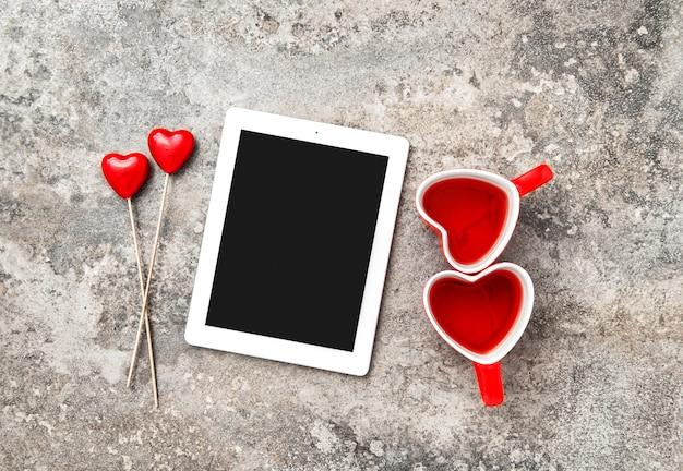 Le tazze di tè rosse di decorartion del cuore del pc della compressa amano il giorno di biglietti di s. valentino