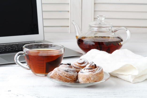 Le torte di mele con una tazza di tè come il fiore
