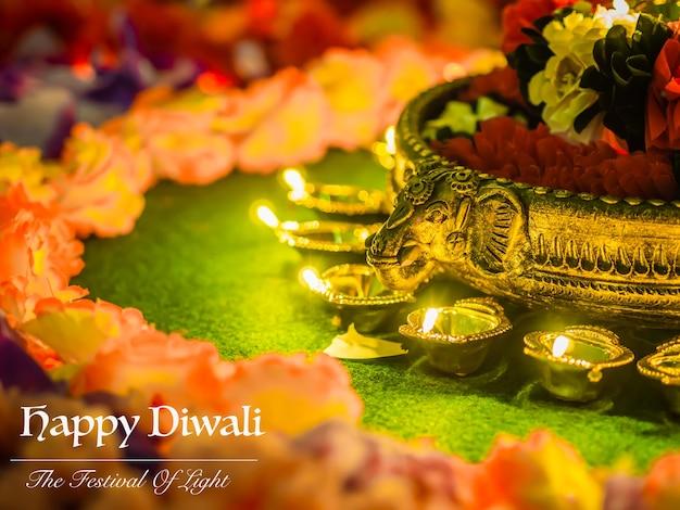 Le tradizionali lampade di argilla diya illuminate con fiori per la celebrazione del festival diwali.